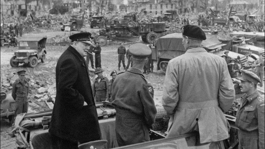 Le Premier ministre britannique Winston Churchill (g) visite le 23 juillet 1944 Caen, en partie rasée, en compagnie du général Bernard Montgomery (2eD) et de Miles Dempsey (C), commandant de la 2ème armée britannique, peu après la prise