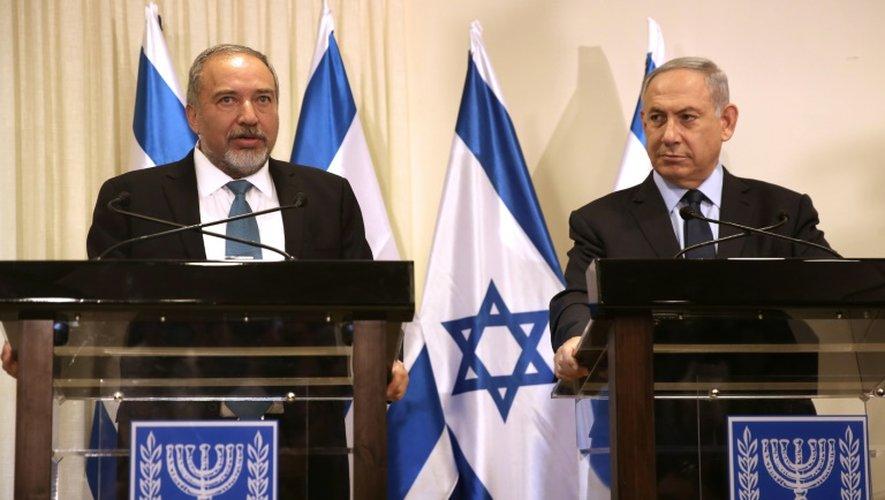 Le futur ministre israélien de la Défense Avigdor Lieberman (g) et le Premier ministre Benjamin Netanyahu  (d) à Jérusalem, le 25 mai 2016