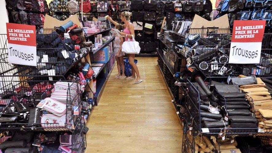Des personnes font des achats pour la rentrée scolaire, le 19 août 2010, dans un magasin de Marseille
