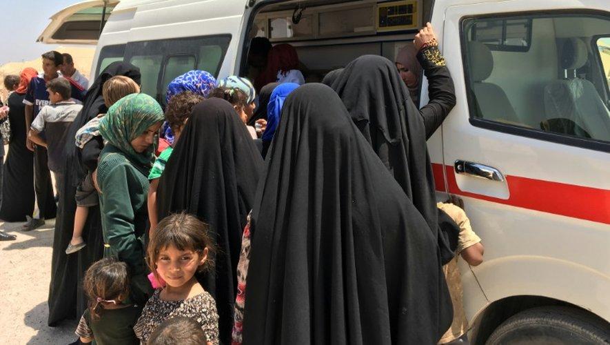 Des femmes et des enfants déplacés dans un camp à Amriyat al-Fallouja le 29 mai 2016