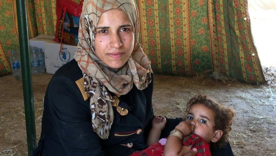 Une femme déplacée et son enfant dans une tente au camp à Amriyat al-Fallouja le 29 mai 2016