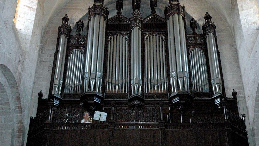 Les musiciens ne sont pas payés au cachet mais viennent pour le plaisir de jouer sur l'orgue de la cathédrale, pour sa renommée.