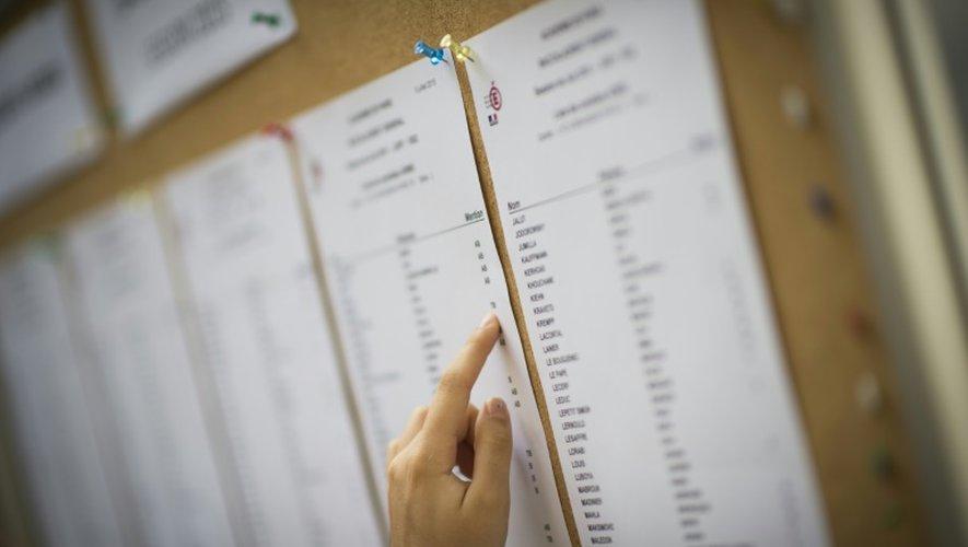 Un étudiant scrute les résultats du baccalauréat 2015, le 7 juillet à Paris