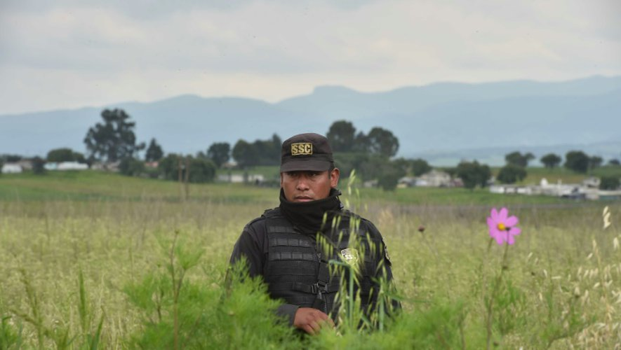 """Un officier de la police fédérale mexicaine monte la garde près du tunnel qu'aurait emprunté le baron de la drogue Joaquin """"El Chapo"""" Guzman pour s'évader de la prison d'Altiplano, à Almoloya de Juarez, le 12 juillet 2015"""