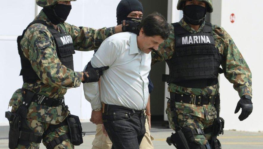 """Le trafiquant de drogue mexicain Joaquin Guzman Loera, alias """"el Chapo""""? est escorté par des soldats de la Marine le 22 février 2014 à Mexico"""