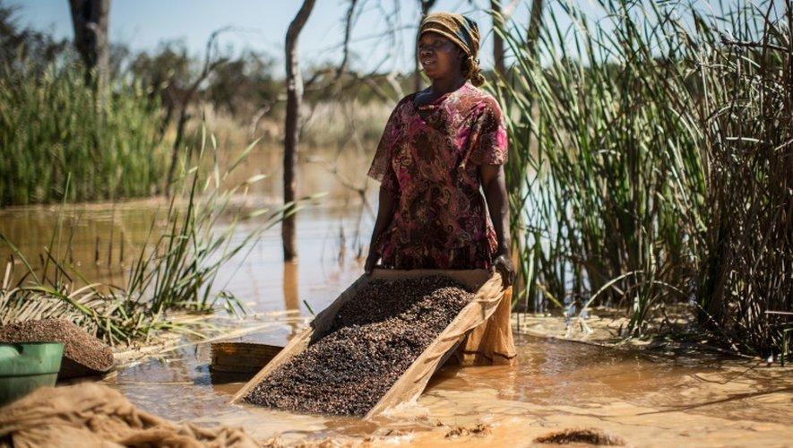 Une femme sépare le cobalt de la boue et des pierres près d'une mine entre Lubumbashi et Kolwezi, en RD Congo, le 31 mai 2015