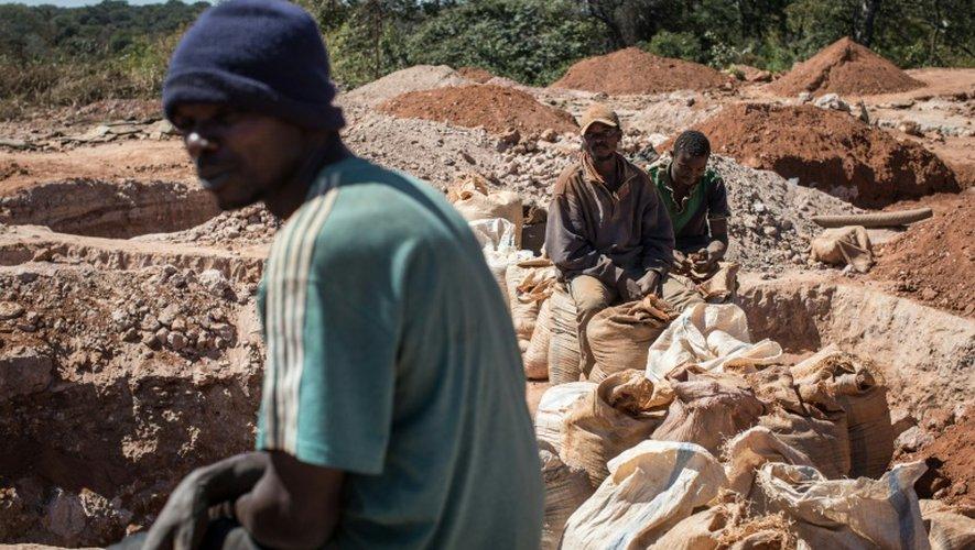 Des mineurs se reposent après avoir travaillé dans les remblais d'une mine, le 31 mai 2015, entre Lubumbashi et Kolwezi, en RD Congo