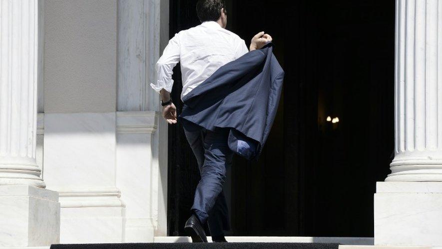 Le Premier ministre grec Alexis Tsipras arrive à son bureau à Athènes, de retour de Bruxelles, le 13 juillet 2015
