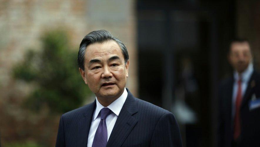 Le ministre chinois des affaires étrangères Wang Yi s'adresse aux journalistes à son arrivée à l'hôtel Cobourg à Vienne pour les discussions sur le nucléaire iranien, le 13 juillet 2015