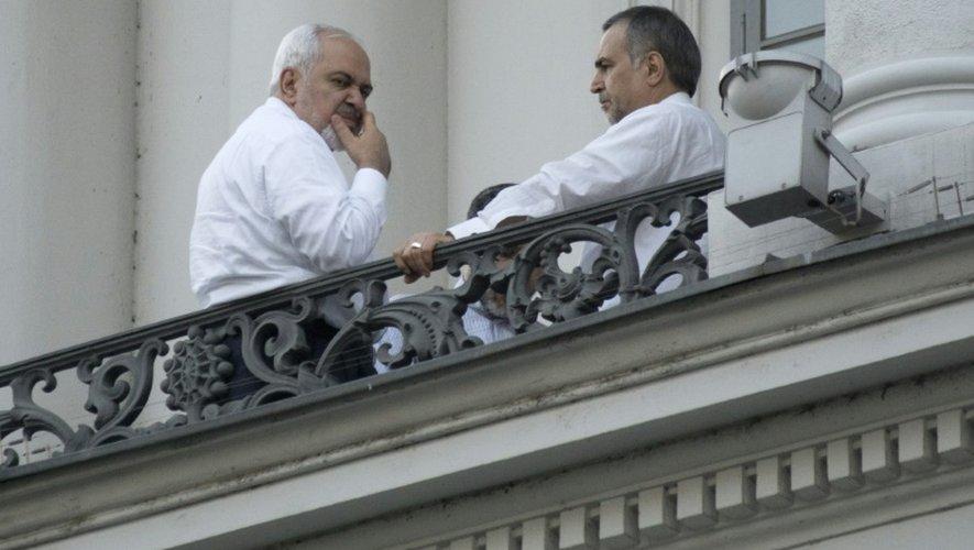 Le ministre iranien des Affaires étrangères Mohammad Javad Zarif et le frère du président iranien Hossein Fereydoun au balcon de l'hôtel du palais Cobourg le 11 juillet 2015 à Vienne
