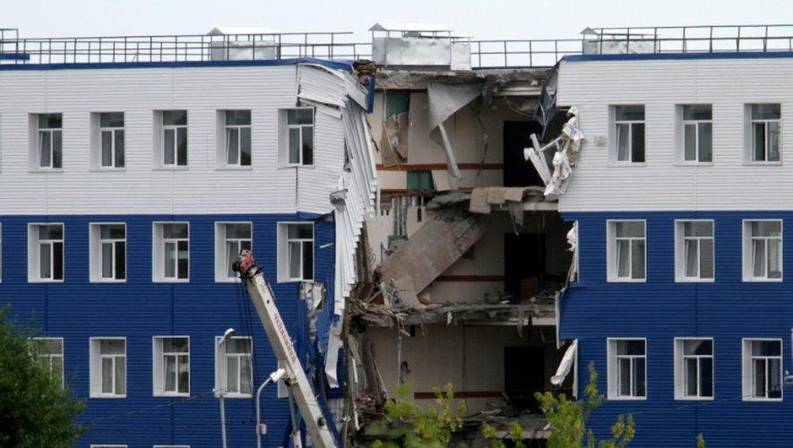 La façade écroulée de la caserne de Svetly, près d'Omsk, en Russie, le 13 juillet 2015