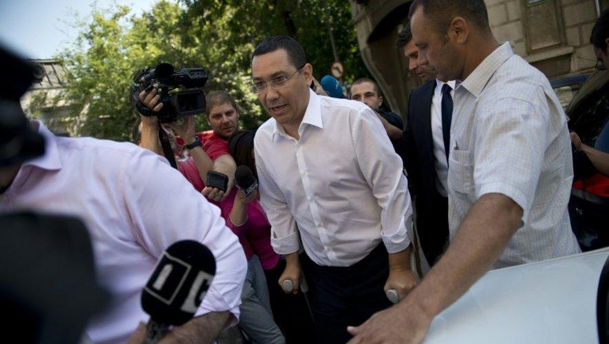 Le Premier ministre roumain Victor Ponta (C) devant le siège du parquet anticorruption à Bucarest, le 13 juillet 2015