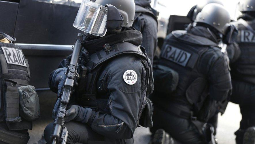 Des membres du Raid à l'entraînement devant le château de Versailles, dans les Yvelines, le 11 octobre 2014