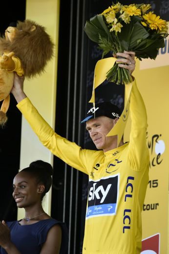 Le Britannique Chris Froome célèbre son maillot jaune de leader, à l'issue de la 8e étape du Tour de France, le 11 juillet 2015 à Mûr-de-Bretagne (Côtes-d'Armor)