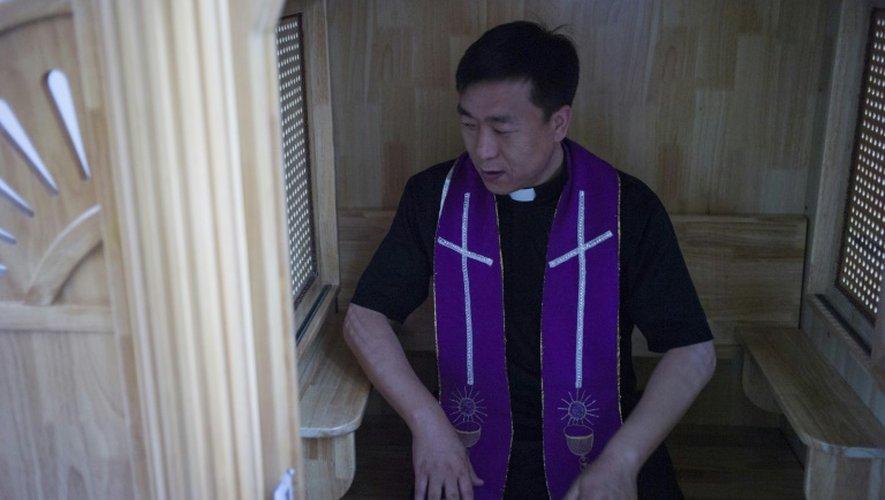 Le père Lin Xiuqiang pose dans sa toute nouvelle église à Tianjin (Chine) le 7 juin 2015