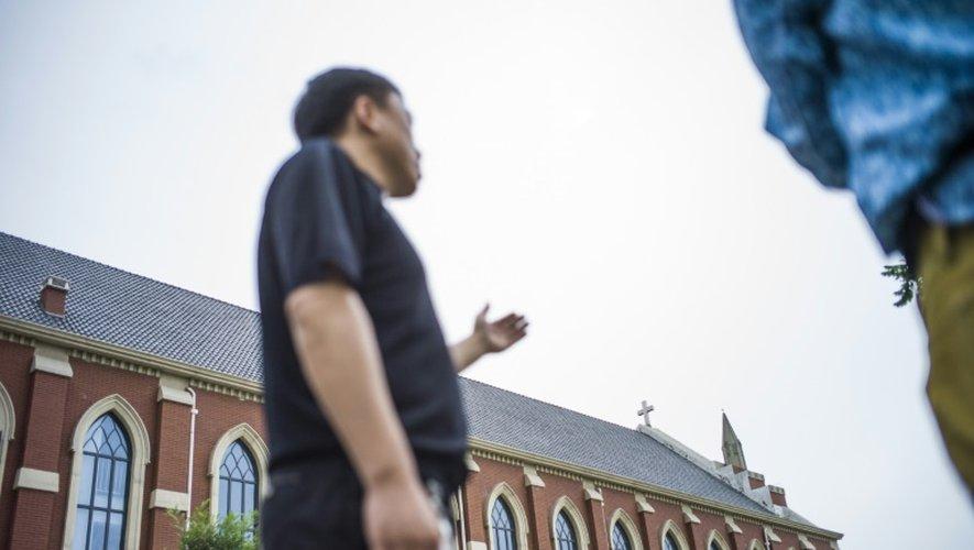 Le père Lin Xiuqiang à l'extérieur de son église toute nouvellement construite à Tianjin (Chine) le 7 juin 2015