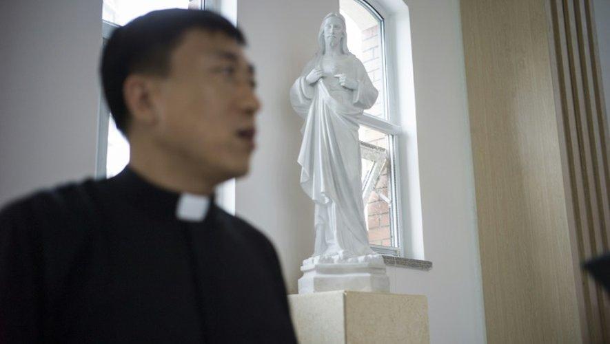 Le père Lin Xiuqiang pose dans son église toute neuve à Tianjin (Chine) le 7 juin 2015