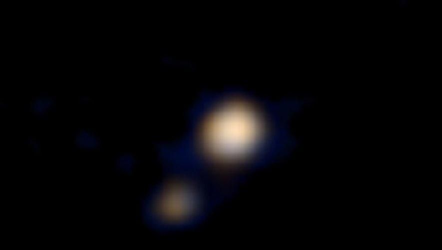Photo du 14 avril 2015 prise par la sonde américaine New Horizons de la NASA montrant Pluton et son plus grand satellite Charon