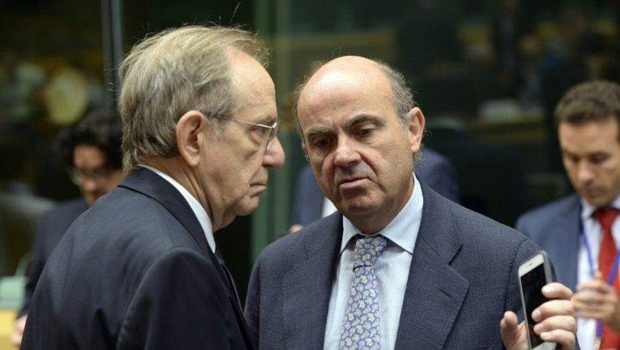 Le ministre des Finances Luis De Guindos (à d.) et son homologue italien Pier Carlo Padoan le 12 juillet à Bruxelles, avant une réunion des ministres des Finances de la zone euro