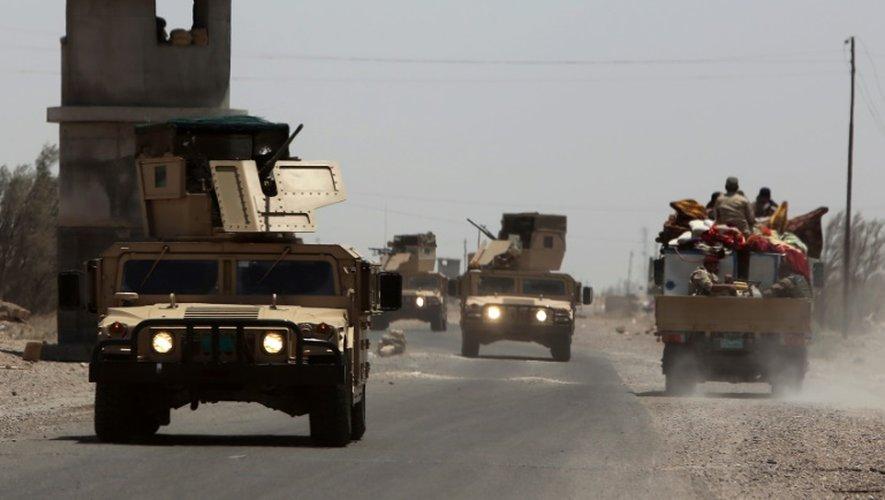 Des véhicules de l'armée irakienne près de la ville de Falluja, à l'ouest de Bagdad, le 7 juillet 2015