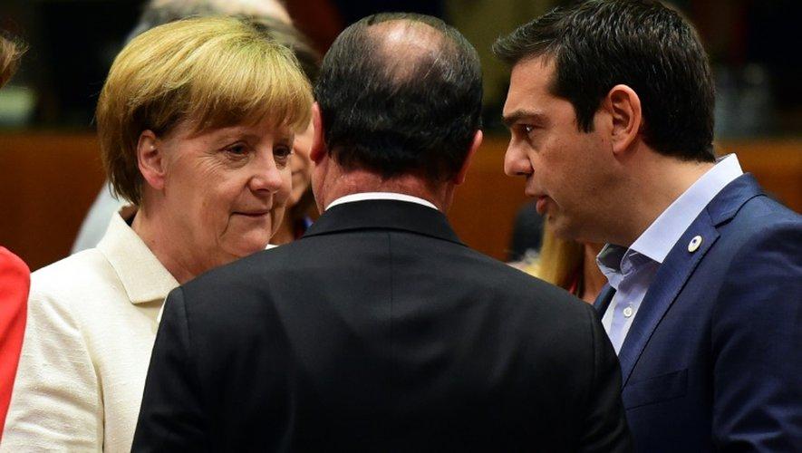 Angela Merkel, François Hollande et Alexis Tsipras s'entretiennent avant l'ouvert du sommet de l'Eurozone, le 12 juillet 2015 à Bruxelles