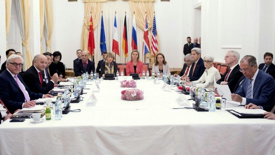 Table de négociations entre les grandes puissances et l'Iran pour parvenir à un accord sur le nucléaire iranien, à Vienne le 13 juillet 2015
