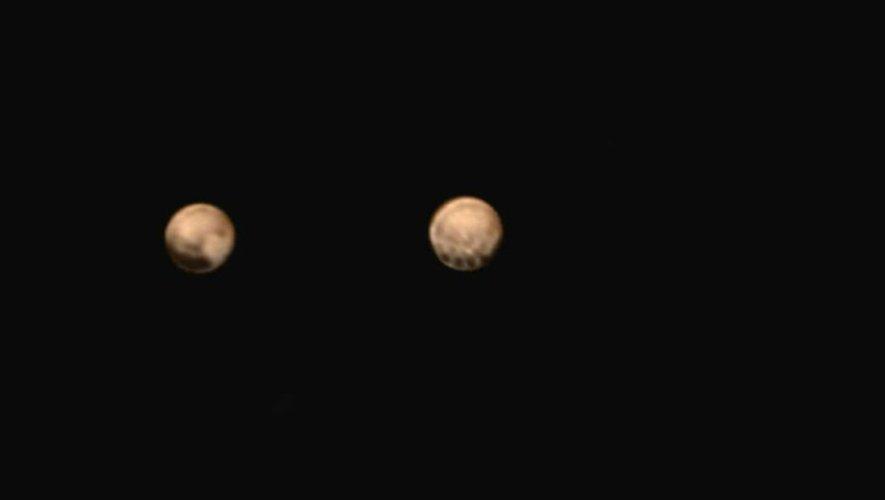 Photo du 7 juillet 2015 fournie par la Nasa de deux différentes faces de Pluton