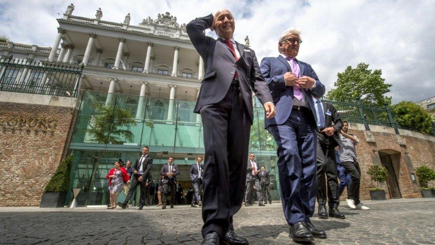 Le ministre français des Affaires étrangères Laurent Fabius (g) et son homologue allemand Frank-Walter Steinmeier (d) devant l'hôtel du Palais Coburg à Vienne, le 13 juillet 2015