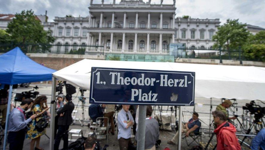 Les médias attendent devant le palais Coburg  à Vienne, où se déroulent les négociations, le 13 juillet 2015
