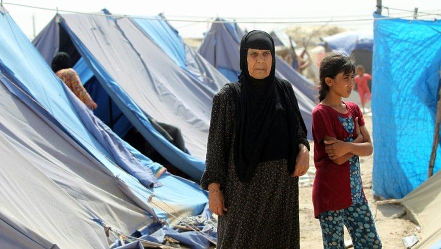 Des Irakiens ayant fui Ramadi dans un camp de fortune à Fallouja le 6 juin 2015