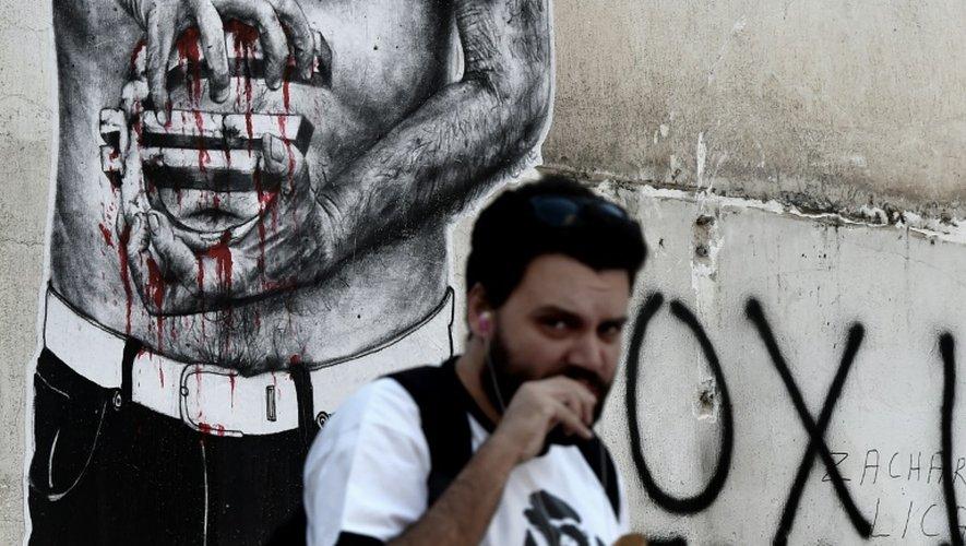 Un graffiti dans une rue d'Athènes montrant un symbole de l'euro sanguinolent, le 14 juillet 2015