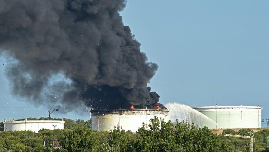 La fumée s'échappe du site pétrochimique de LyondellBasell à Berre-l'Etang (près de Marseille), le 14 juillet 2015