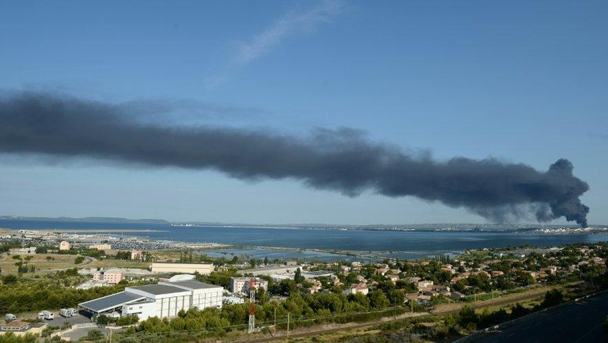 De la fumée s'échappe du site pétrochimique de LyondellBasell à Berre-l'Etang, dans les Bouches-du-Rhône, le 14 juillet 2015