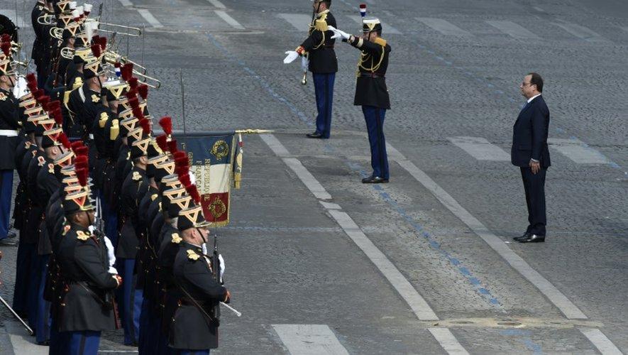 Le président François Hollande passe les troupes en revue lors du défilé militaire du 14 juillet  2015 sur les Champs-Elysées