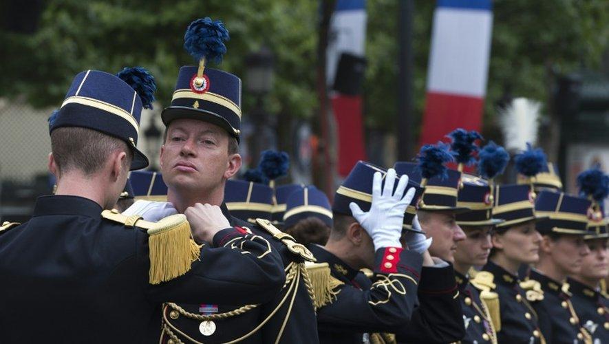 Les étudiants de l'Ecole des officiers de la Gendarmerie nationale se préparent au défilé militaire, le 14 juillet 2015 sur les Champs-Elysées