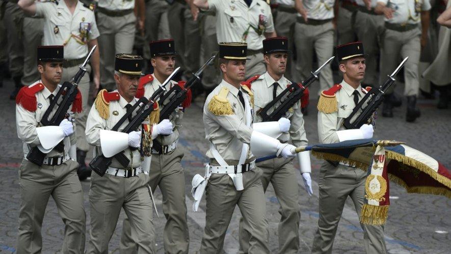 Soldats du 1er régiment d'infanterie de la garde républicaine le 14 juillet 2015 lors du défilé militaire sur les Champs-Elysées
