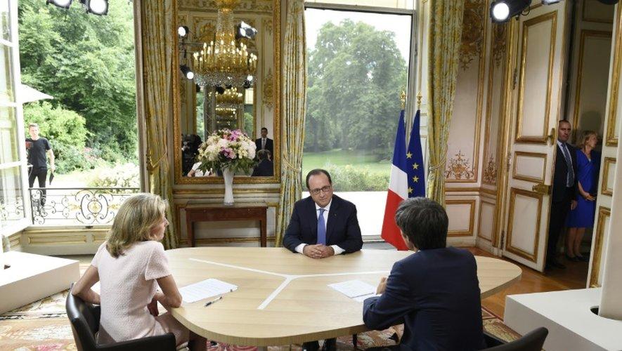 Le président français François Hollande (c) pendant la traditionnelle interview télévisée du 14 juillet 2015 à Paris