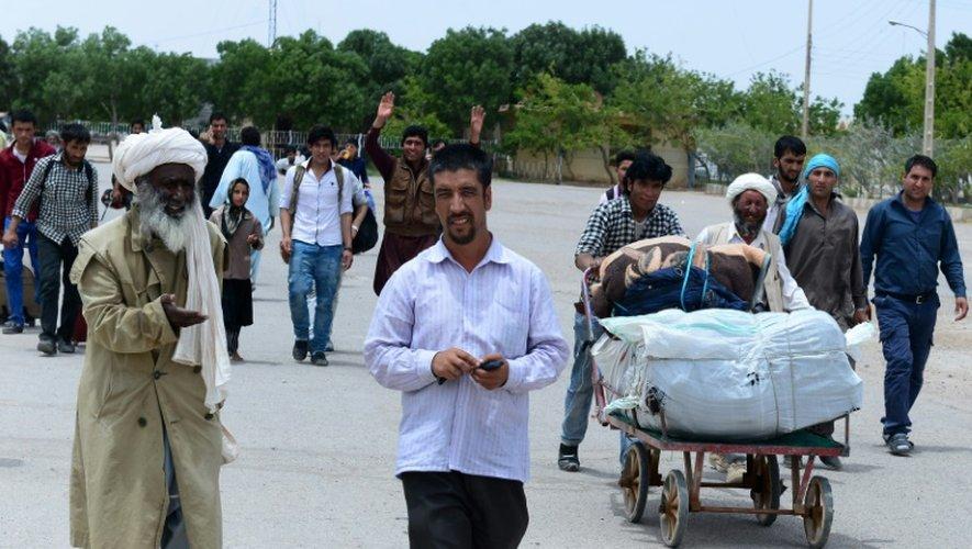 Des Afghans rentrent en Afghanistan,  traversent la frontière avec l'Iran près de Hérat (ouest de l'Afghanistan), le 27 mai 2015