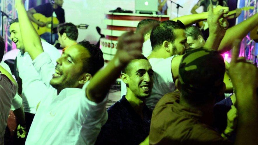 Des Algériens dansent dans une discothèque spécialement aménagée durant le mois de ramadan sur une jetée du port d'Alger, le 13 juillet 2015
