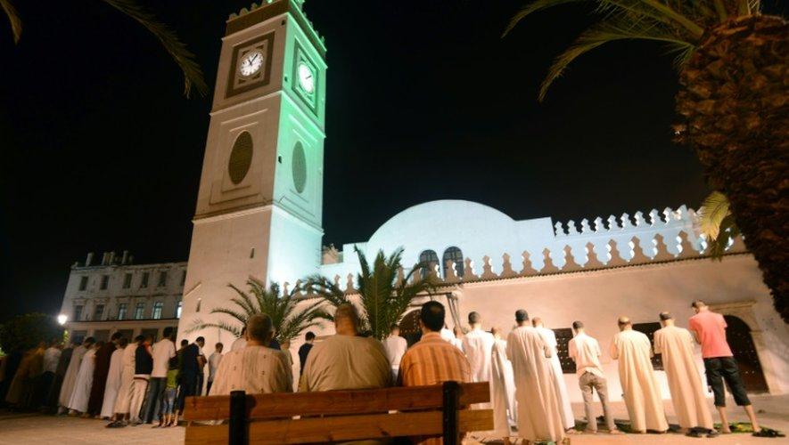 Des Algériens prient à l'extérieur de la Grande Mosquée d'Alger durant le mois de ramadan, le 12 juillet 2015
