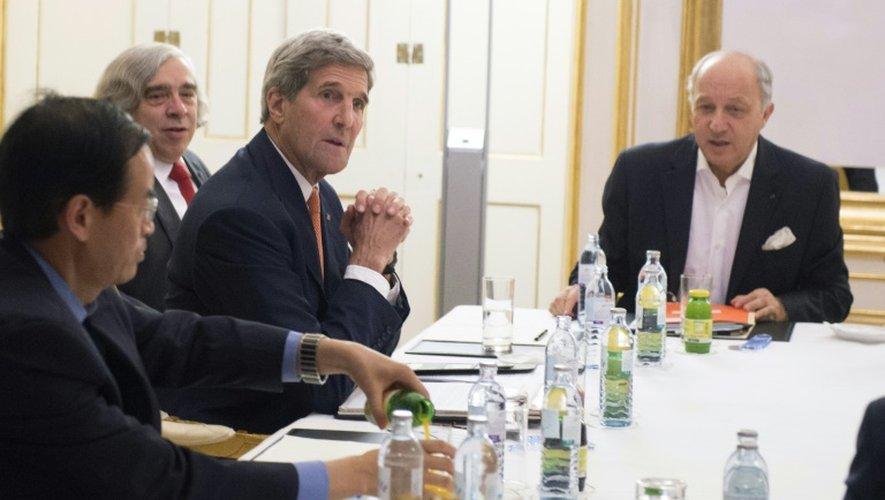 Le secrétaire d'Etat américain John Kerry (2e g), celui à l'Energie Ernest Moniz (3e g), le ministre des Affaires étrangères Laurent Fabius (c), à la table des négociations à l'hôtel Cobourg à Vienne le 14 juillet 2015