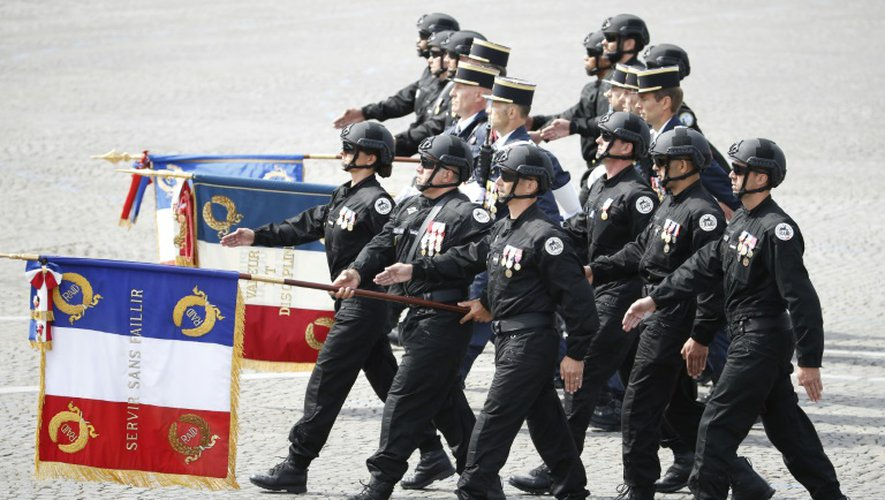 Des membres du Raid, unité d'élite de la police nationale française, marchent sur les Champs Elysées à Paris le 14 juillet 2015 pour le traditionnel défilé des forces armées