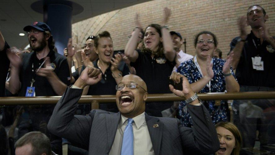 Les techniciens de la Nasa laissent exploser leur joie au centre de Laurel le 14 juillet 2015 avec le succès de la mission de la sonde New Horizons qui s'est approchée de Pluton