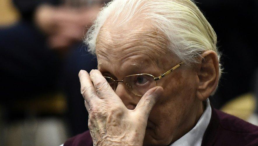Oskar Gröning, l'ancien comptable d'Auschwitz écoute le verdict lors de son procès, le 15 juillet 2015 à Lueneburg (nord de l'Allemagne)