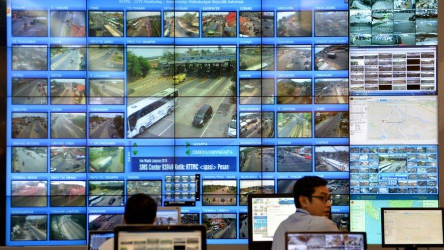 Des employés des transports publics observent l'état du trafic routier et la fréquentation des gares et des aéroports indonésiens, le 11 juillet 2015 à Jakarta