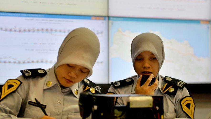 Indonésie: des employées des transports publics observent et régulent l'état du trafic en temps réel  grâce aux nouvelles technologies, le 11 juillet 2015 à Jakarta