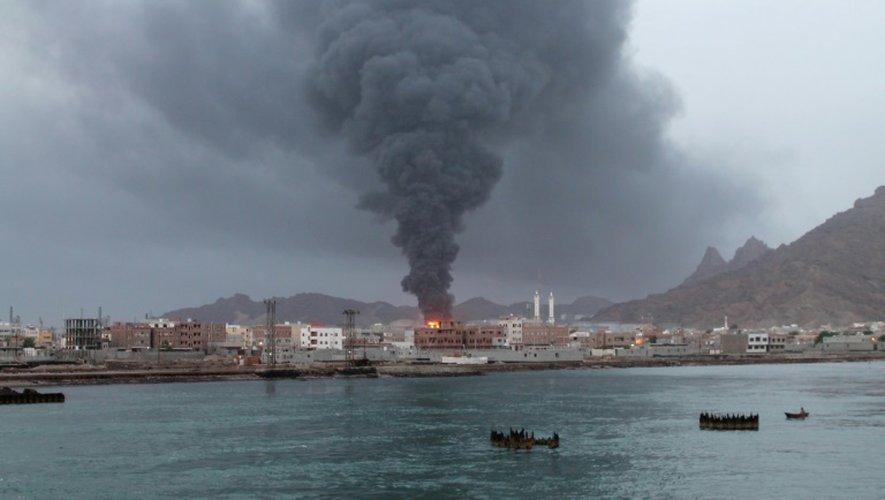 De la fumée s'échappe de la raffinerie d'Aden, le 13 juillet 2015 après une attaque des rebelles Houthis