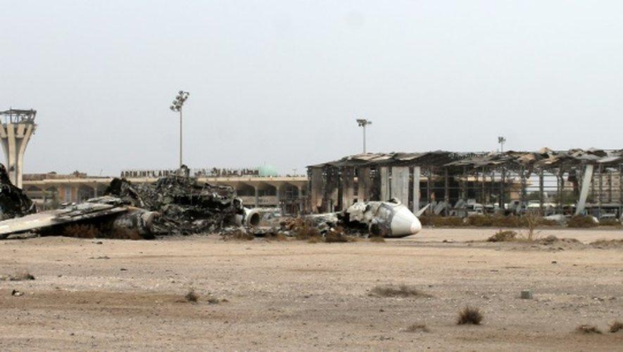 Les débris d'un appareil sur le tarmac de l'aéroport international d'Aden le 14 juillet 2015, après des combats entre Houthis et forces pro gouvernementales