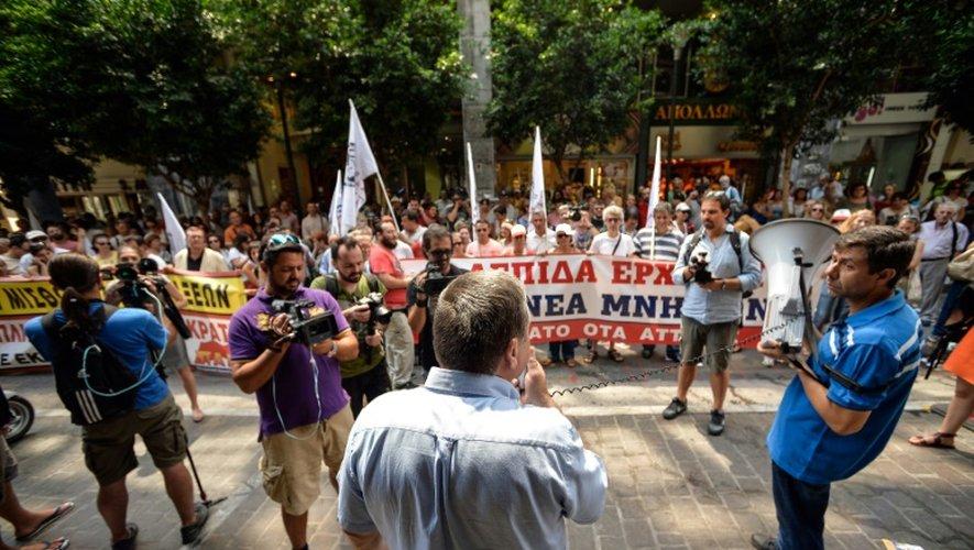 Des militants communistes manifestent à Athènes devant le ministère des Finances contre les mesures de rigueur prévues par l'accord avec les créanciers, le 15 juillet 2015