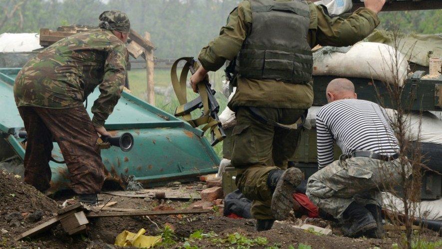 Des soldats ukrainiens tirent sur des positions prorusses, le 30 mai 2015 près de Donetsk (est de l'Ukraine)